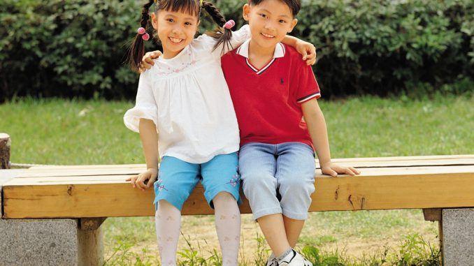 2 freunde beim schatzsuche kindergeburtstag 5 jährige